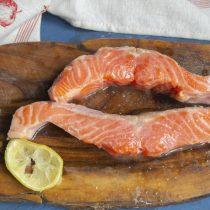 Маринуем рыбу и обсушиваем салфеткой