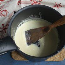 Выжимаем в соус 2 чайные ложки лимонного сока