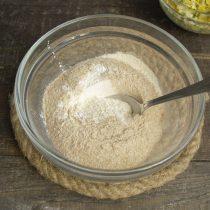 Смешиваем пшеничную муку — цельнозерновую и обычную, разрыхлитель теста и соль