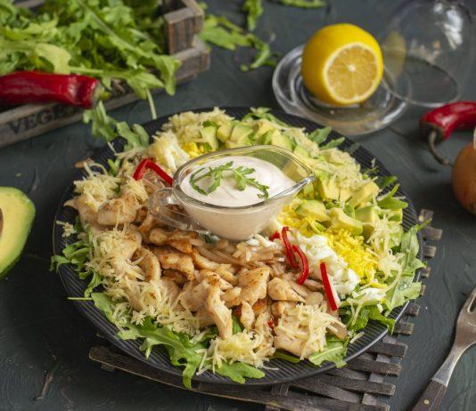 Кобб салат, или не перемешанный салат, с курицей и рукколой