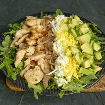 Кладём на тарелку полоску из авокадо, политого свежевыжатым лимонным соком