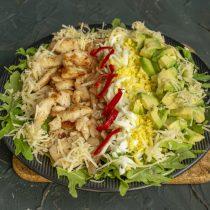 По кругу посыпаем тёртым сыром, по центру тарелки выкладываем полоску из чили