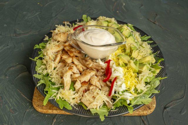Кобб салат с курицей и рукколой готов