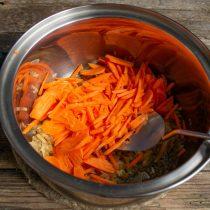 Кладём нарезанную морковку в кастрюлю