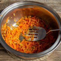 Обжариваем морковь с луком на маленьком огне