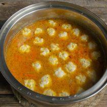 В кипящий суп загружаем фрикадельки по одной, увеличиваем нагрев