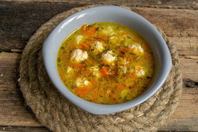 Куриный суп с рисом и фрикадельками на домашнем бульоне готов