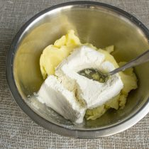 К остывшей картошке добавляем жирный творог