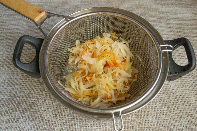 Промытую капусту кладём на сито, оставляем на несколько минут и отжимаем