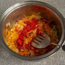 Насыпаем молотую сладкую паприку и тушим овощи на умеренном огне ещё минут 5