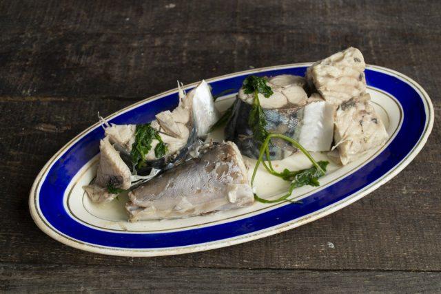 Разделываем рыбу, отвариваем и отделяем мясо от костей