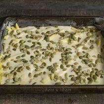 Выливаем оставшееся тесто, равномерно распределяем и высыпаем тыквенные семечки