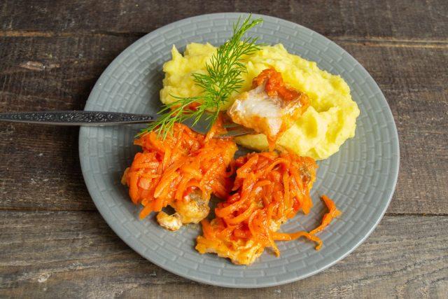 Рыба под маринадом из моркови и лука с картофельным пюре готова