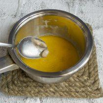Свежие дрожжи кладём в сотейник с тёплой смесью, перемешиваем