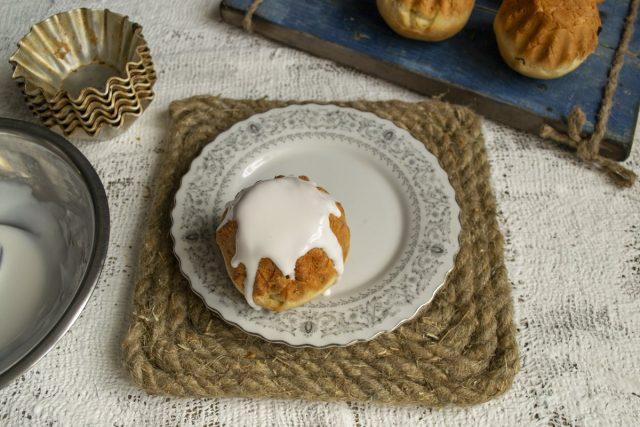 Украшаем тёплые сладкие булочки помадкой, оставляем на несколько минут. Готово!