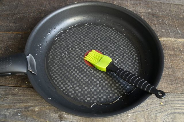 Нагреваем сковороду, смазываем тонким слоем растительного масла