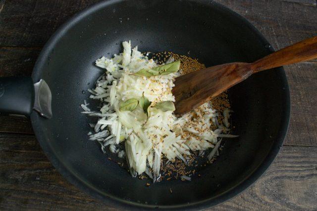 В нагретое масло кладём нарезанный лук, добавляем специи