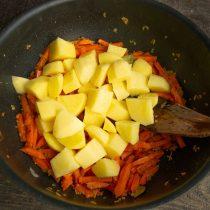 Добавляем нарезанный картофель к обжаренным овощам