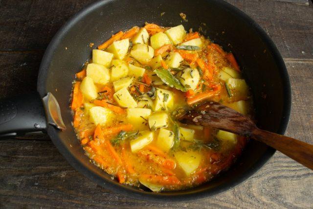 Наливаем в сковороду горячую воду или овощной, накрываем крышкой и тушим