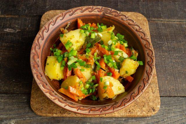 Добавляем зелень. Тушеный картофель с морковью и луком готов