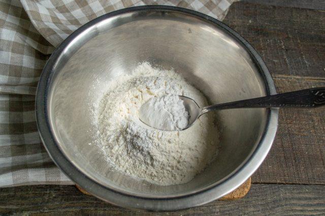 Насыпаем в глубокую миску пшеничную муку, добавляем картофельный крахмал