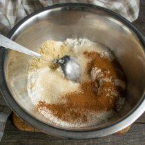 Насыпаем имбирный порошок, молотую корицу и тростниковый сахар