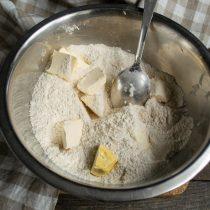 Тщательно перемешиваем сухие ингредиенты, добавляем сливочное масло