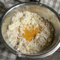 В отдельной миске смешиваем яйцо и щепотку соли. Добавляем в тесто майонез и яйцо