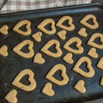 Малюсенькие сердечки кладём между большими печеньями