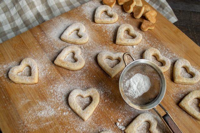 Посыпаем печенье сахарной пудрой через мелкое ситечко