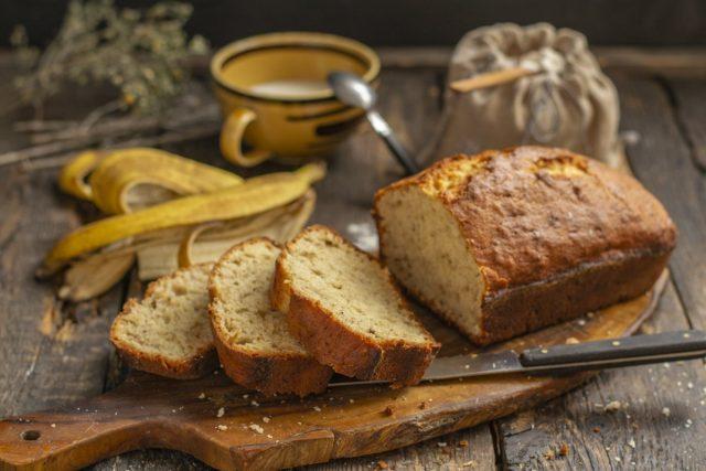 Вкусный банановый хлеб с миндальными лепестками