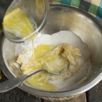 Растопленное масло выливаем в миску с бананами и сахаром