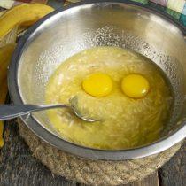 Перемешиваем ингредиенты, разбиваем в миску яйца, добавляем ¼ чайной ложки соли
