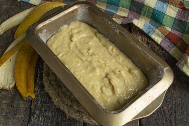 Выкладываем в смазанную форму банановое тесто ровным слоем