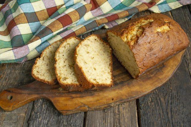 Вкусный банановый хлеб с миндальными лепестками готов