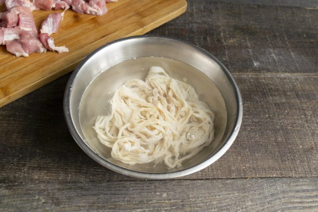 Тонкие свиные кишки кладём в миску с холодной водой, оставляем на 10-15 минут