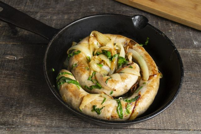 Жареная домашняя колбаса с луком готова