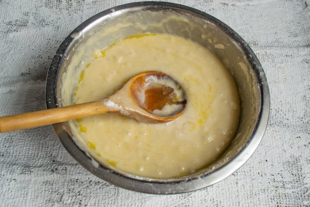 Нагреваем духовку, добавляем в тесто яблочный уксус и снова всё тщательно перемешиваем