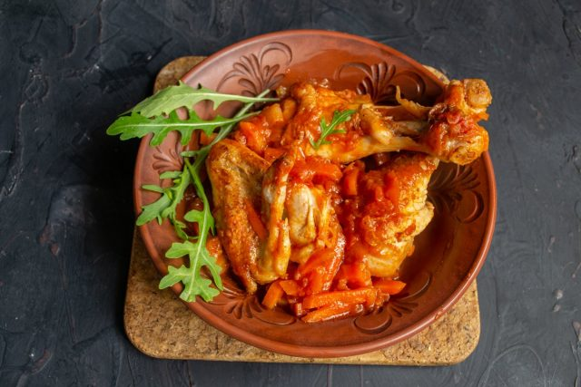 Ароматное чахохбили из курицы с томатной пастой готово
