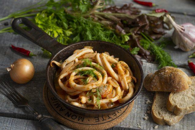 Кальмары в томатном соусе — просто и вкусно
