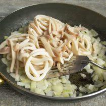 Когда лук станет полупрозрачным, кладём в сковороду нарезанные морепродукты