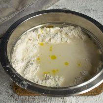 Наливаем холодную воду, добавляем оливковое масло