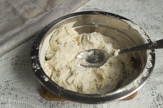 Вымешиваем тесто в миске 5-7 минут или в кухонном комбайне с насадкой крюк