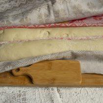 Накрываем багеты свободным куском ткани, оставляем на 1 час при комнатной температуре