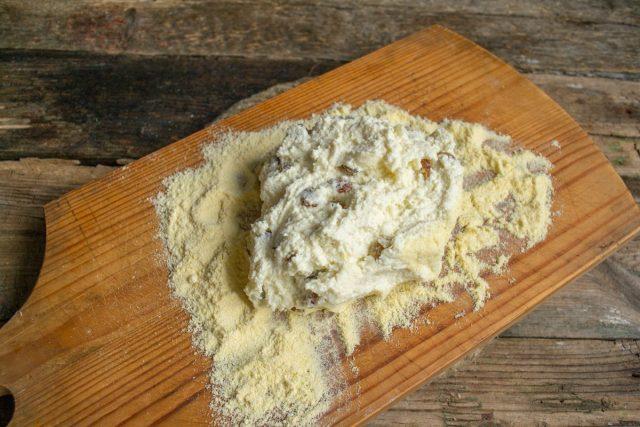 Скатываем толстую колбаску из теста, влажным ножом нарезаем колбаску на толстые шайбы, обваливаем их в муке