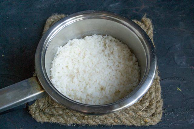 Готовим рис, укутываем и оставляем на 10 минут