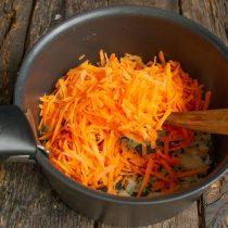 Добавляем тёртую морковку, тушим овощи на среднем огне ещё 5 минут