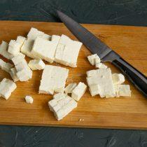 Сливочный творожный сыр режем кубиками такого же размера, что и рыба