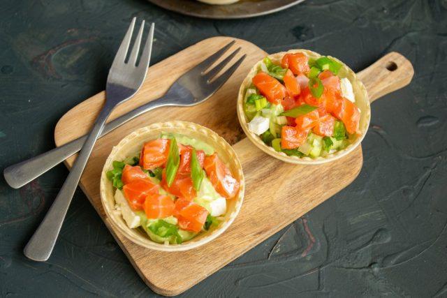 Лёгкий салат в тарталетках с авокадо и красной рыбой готов
