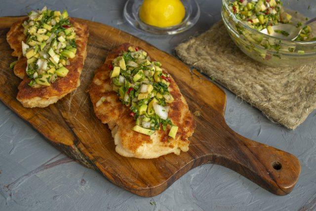 Выкладываем мясо на тарелку, сверху кладём несколько ложек зелёной сальсы